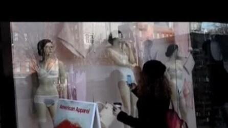 Manichini con peli pubici in vista in vetrina a New York