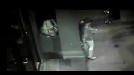 Donna ubriaca fa cacca davanti all'ingresso di un nightclub