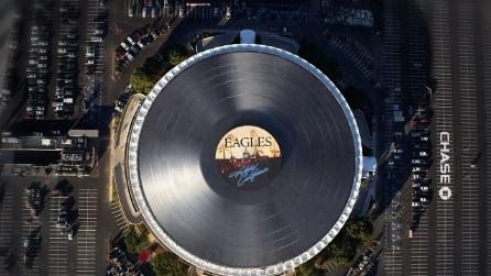 La costruzione del più grande disco in vinile al mondo installato sul tetto del Forum
