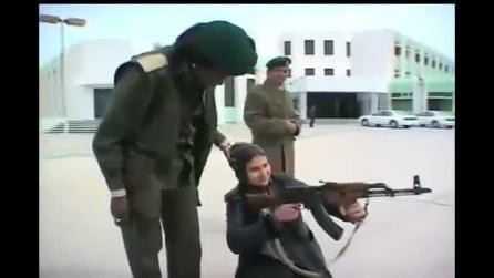 Soldatesse bodyguard al servizio di Gheddafi: a guardia persino del suo harem di minorenni