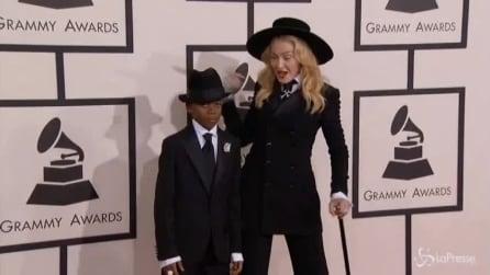 Grammy, Madonna sfoggia look scelto da figlio David: total black e cappello