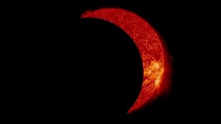 La Luna passa davanti al sole sotto l'occhio vigile del telescopio SDO