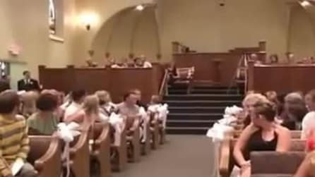 Come rovinare un matrimonio: damigella terrorizza tutti all'ingresso in chiesa