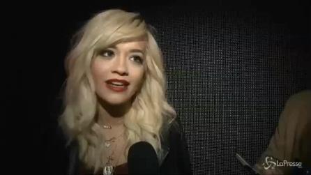 Rita Ora, da '50 sfumature di grigio' al bianco-nero di Donna Karan