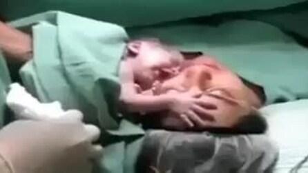 Neonato non vuole staccarsi dalla mamma, semplicemente stupendo!