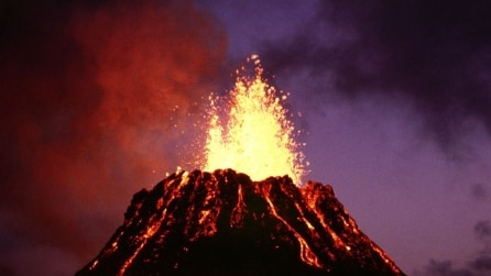 Il suggestivo crollo del cratere del vulcano alle Hawaii