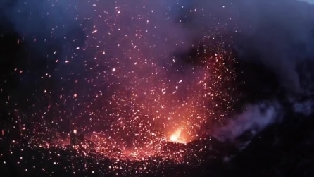 L'eruzione di un vulcano ripresa da un drone