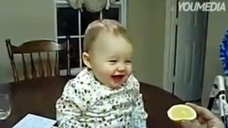 La felicità di un bimbo nel mangiare un limone
