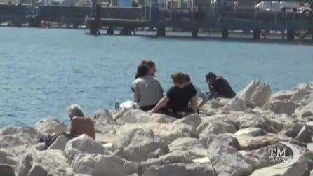 Napoli riscopre i tuffi sul lungomare di via caracciolo