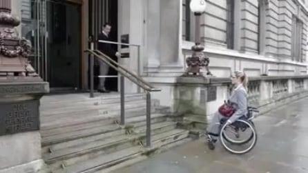 Apriti sesamo: le scale diventano una pedana per disabili
