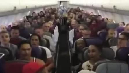 Flash mob a bordo dell'aereo, canta il cast de Il Re Leone