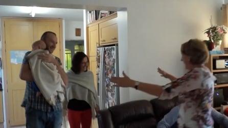 I nonni non hanno mai incontrato il nipotino: la sorpresa che organizzano è emozionante