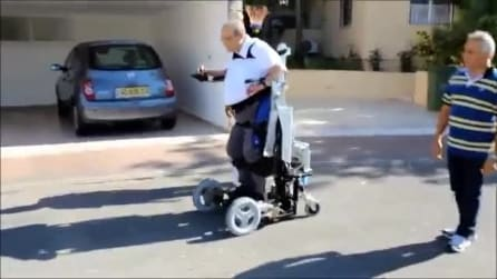 La sedia a rotelle che permette di alzarsi e muoversi in piedi