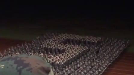 Non è l'esercito ma uno squadrone di studentesse cinesi: l'addestramento è bizzarro