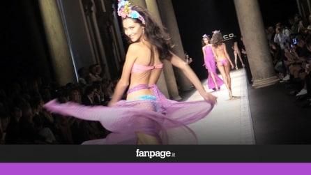 Bikini in passerella: a Milano sfilano i costumi hot di Fisico