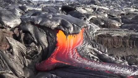 Il vulcano erutta: la colata incandescente della lava è inarrestabile