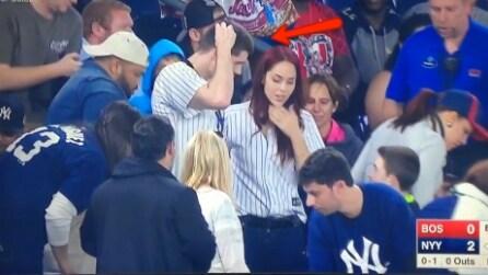Le chiede la mano allo stadio, ma perde l'anello: l'imbarazzante proposta in diretta tv