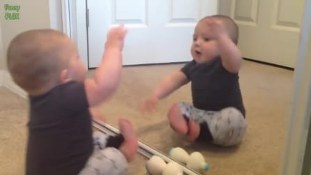 Il piccolo si guarda per la prima volta allo specchio: la reazione è esilarante