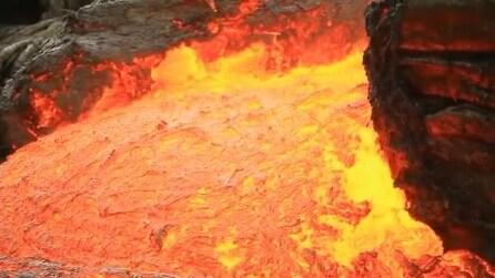Un fiume di lava fuoriesce dal vulcano: la spaventosa eruzione alle Hawaii