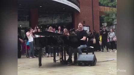 Gary Barlow a sorpresa canta e suona in un centro commerciale