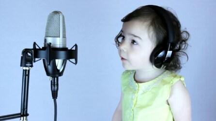 Il papà canta con la figlia: quando sentirete la sua dolce voce resterete sbalorditi