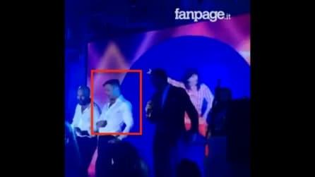 Ricky Martin dà spettacolo: alla festa sale sul palco e guardate cosa fa