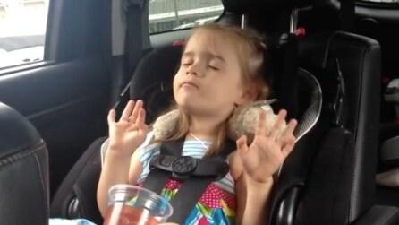 Si addormenta in auto, ma parte la sua canzone preferita alla radio e la sua reazione è unica