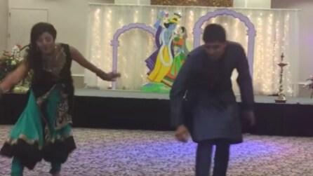 Dopo il matrimonio il fratello delle sposa le chiede di ballare: una danza molto diversa dagli altri