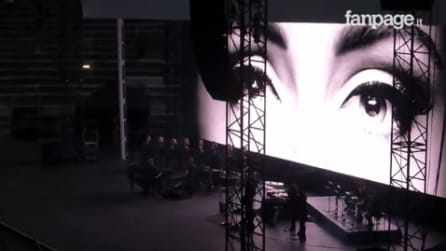 """Verona, Adele canta """"Hello"""" ma sorprende il pubblico con un ingresso insolito"""