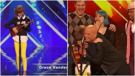 Sale sul palco con il suo ukulele, ma appena inizia a cantare giudici e pubblico sono sbalorditi