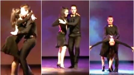Salgono sul palco per ballare: tutti a bocca aperta per la loro sensualità