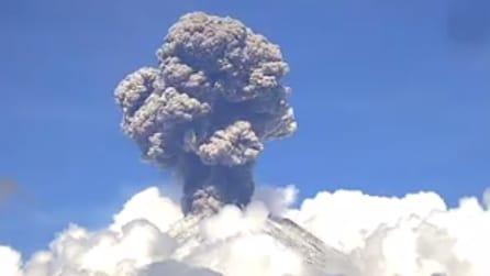 Una colonna di cenere tra le nuvole: ecco cosa è successo in Messico