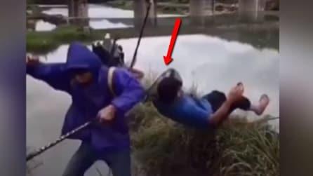 Due amici vanno a pescare, ma uno di loro finisce in acqua: la scena è divertentissima