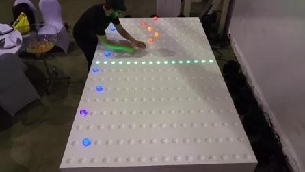 Posiziona delle sfera su una tavola bianca e dà vita a qualcosa di unico