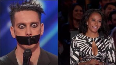 Sale sul palco con il nastro adesivo sulla bocca: ciò che succede dopo è davvero bizzarro