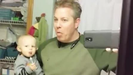 Il bimbo resta solo con il suo papà: la scena è davvero esilarante