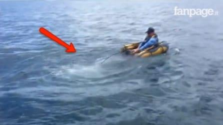 L'uomo pesca su un minuscolo gommone: dall'acqua emerge qualcosa di sorprendente