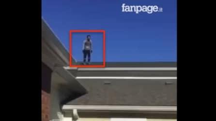 Quando si dice cadere con stile: l'uomo è sul tetto e guardate cosa riesce a fare