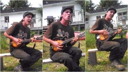 Imbraccia una piccola chitarra e lo spettacolo che mette in atto è da brividi