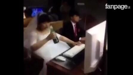Novelli sposi cinesi festeggiano in modo bizzarro: quello che fanno vi stupirà