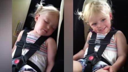 La bambina sta dormendo in auto: ma la realtà è molto diversa da ciò che sembra