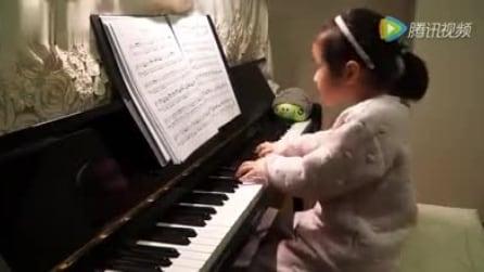 È solo una bambina: quando si siede al pianoforte dà vita a uno spettacolo straordinario