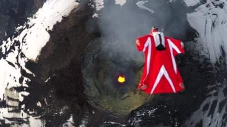 Si lancia dall'elicottero e sorvola un vulcano in eruzione: le immagini spettacolari