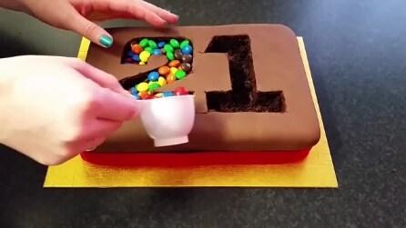 Incide un numero all'interno della torta: l'effetto che ottiene è stupefacente