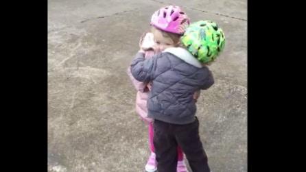 Prende la rincorsa e cade con la bici, ma qualcuno è lì per aiutarlo: la scena è dolcissima