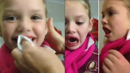 Il dente si muove e la mamma lo tira: la piccola è immobile, ma la reazione dei fratelli vi spiazzerà
