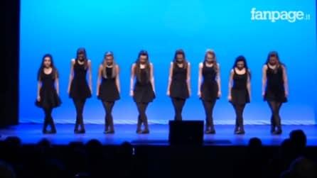 Le ballerine salgono sul palco, ma guardate bene i loro piedi: l'esibizione è spettacolare