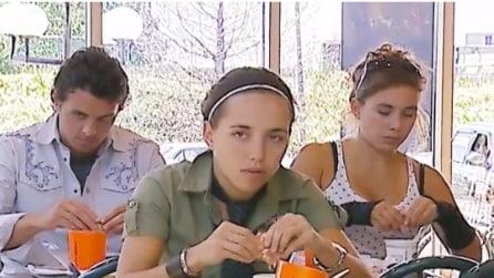 I clienti si siedono per pranzare: mentre mangiano di fronte a loro accade qualcosa di strano