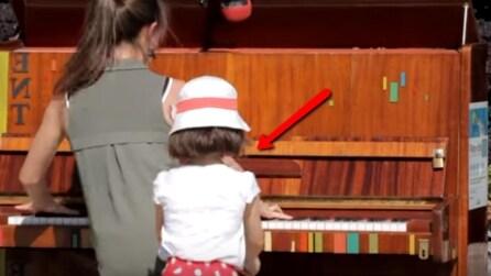 Una ragazza suona il pianoforte al centro della piazza: il gesto di questa bimba vi colpirà