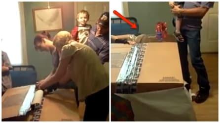 La mamma inizia a scartare il suo regalo: quando scopre cosa contiene scoppia in lacrime